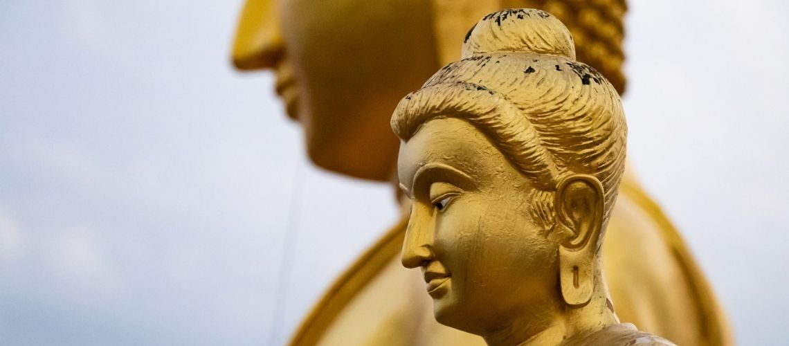 Gyldne flotte buddha statuer - en seværdighed i Thailand