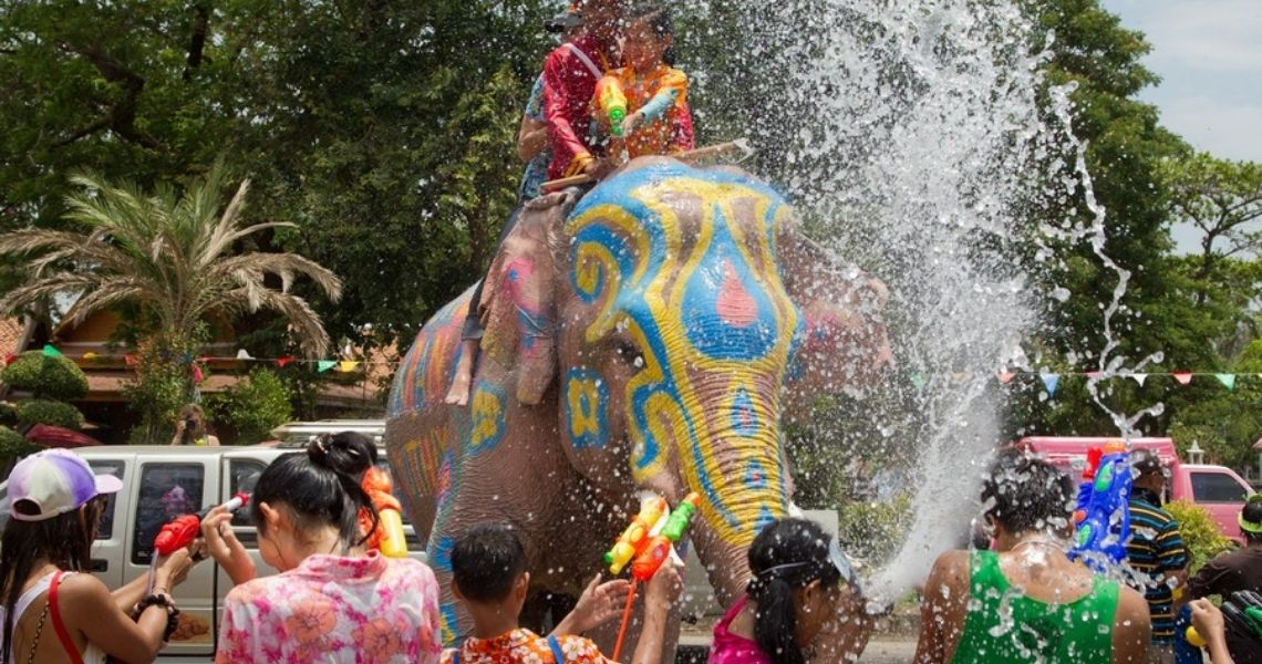 Sangkran Festival Thailand med Børn, vand og Elefant