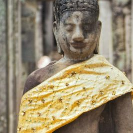Buddha med sjal. Cambodia