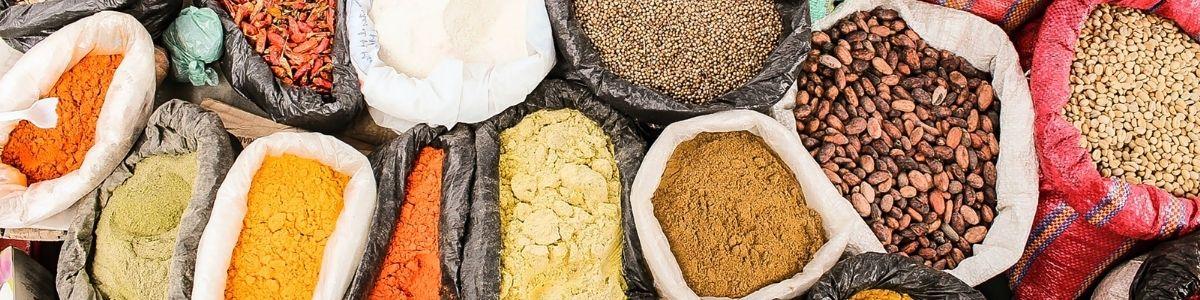 Krydderier på marked i Colombia. Seværdighed i Colombia