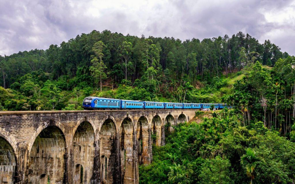 Tog over Nine Arches Bridge i Ella, Sri Lanka