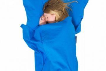 lagenpose og kvinde der sover